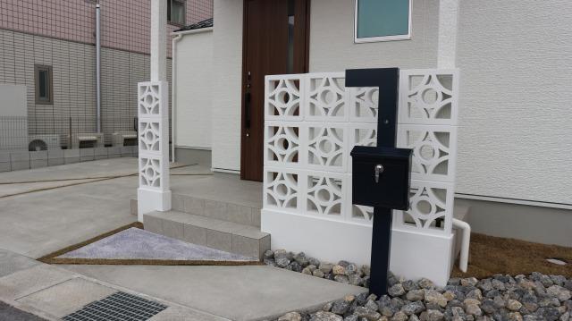 滋賀 草津 外構工事 滋賀県彦根市 門柱 アプローチ 洗い出し スクリーンブロック